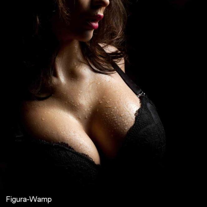 Домашнее фото женской красивой груди.
